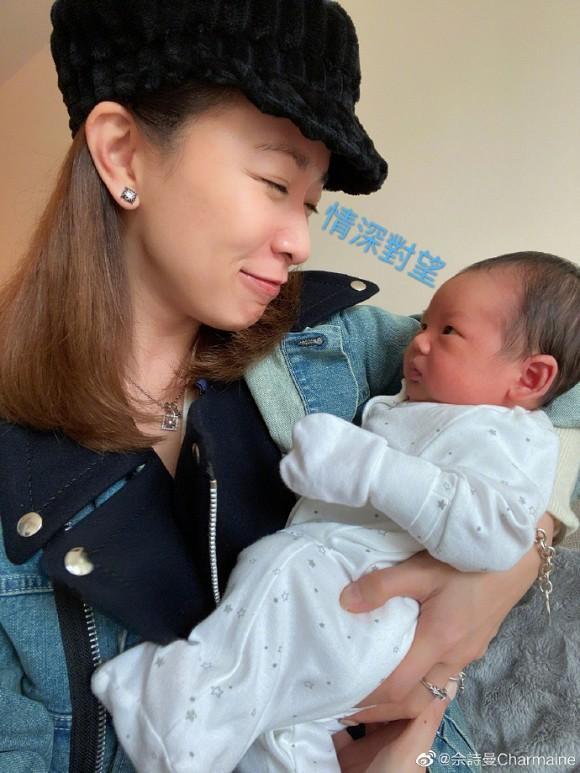 Kế Hoàng hậu Xa Thi Mạn trổ tài dỗ em bé nhưng ai cũng chỉ dán mắt vào điều này-8