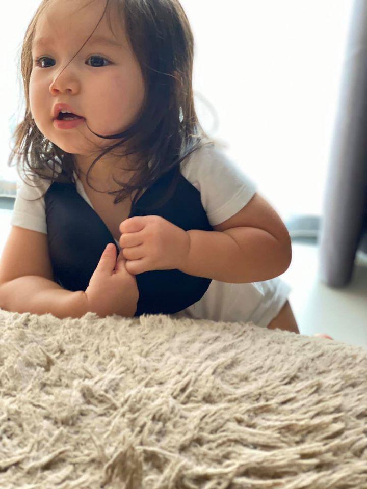 Con gái Hà Anh đòi mặc áo ngực của mẹ, biểu cảm khó đỡ khiến ai cũng bật cười-1