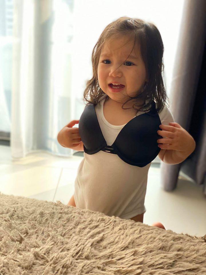 Con gái Hà Anh đòi mặc áo ngực của mẹ, biểu cảm khó đỡ khiến ai cũng bật cười-3