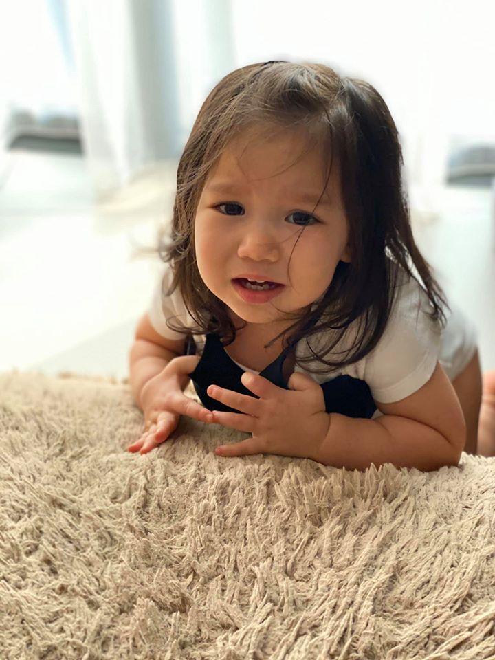 Con gái Hà Anh đòi mặc áo ngực của mẹ, biểu cảm khó đỡ khiến ai cũng bật cười-4