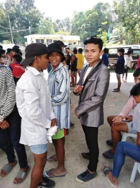 Đang vội sơ tán vì núi lửa, các chàng trai Philippines vẫn tranh thủ tạo dáng với đầm ngủ, giày cao gót từ các nhà hảo tâm-3