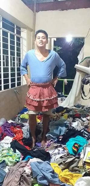 Đang vội sơ tán vì núi lửa, các chàng trai Philippines vẫn tranh thủ tạo dáng với đầm ngủ, giày cao gót từ các nhà hảo tâm-15