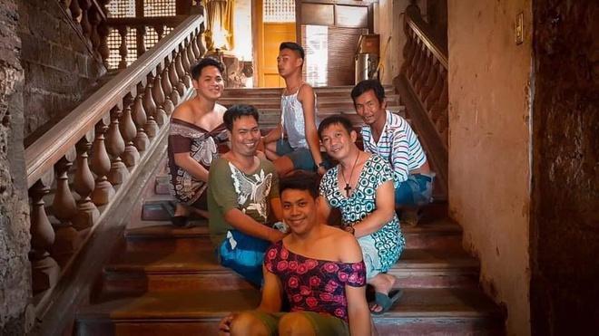 Đang vội sơ tán vì núi lửa, các chàng trai Philippines vẫn tranh thủ tạo dáng với đầm ngủ, giày cao gót từ các nhà hảo tâm-9