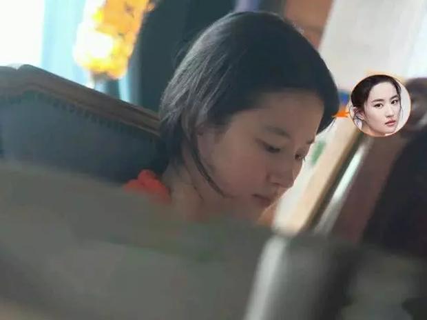 Nhan sắc ngoài đời của Lưu Diệc Phi khi không make up: Làn da đáng ngưỡng mộ nhưng vẫn bị chê bai vì quá xuề xoà-1