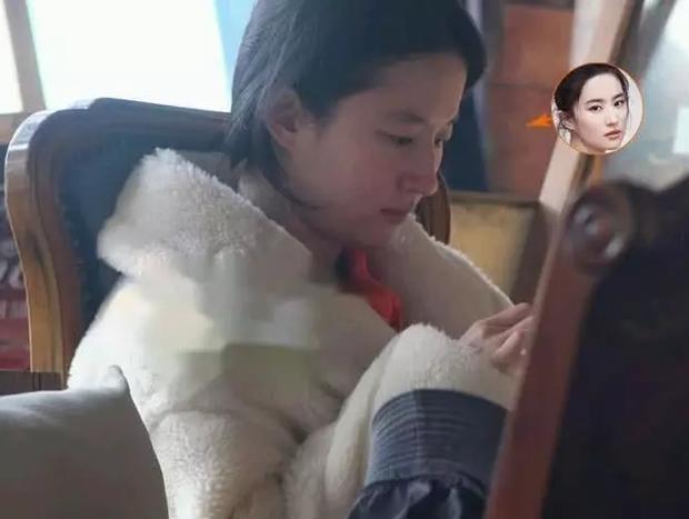 Nhan sắc ngoài đời của Lưu Diệc Phi khi không make up: Làn da đáng ngưỡng mộ nhưng vẫn bị chê bai vì quá xuề xoà-3