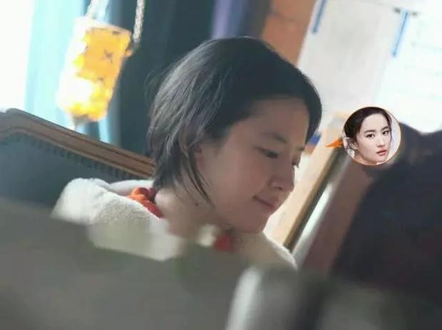 Nhan sắc ngoài đời của Lưu Diệc Phi khi không make up: Làn da đáng ngưỡng mộ nhưng vẫn bị chê bai vì quá xuề xoà-5