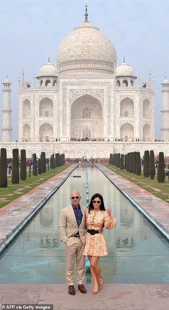 Bạn gái tỷ phú Amazon bị chỉ trích vì mặc váy ngắn tới lăng Taj Mahal-1