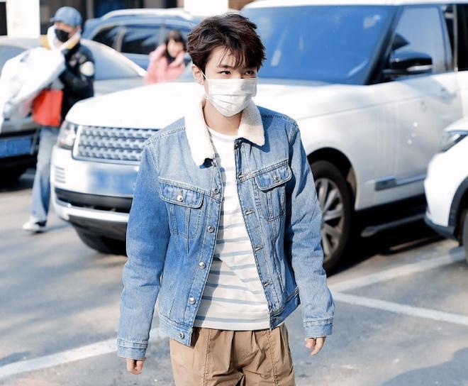 Nghệ sĩ Trung Quốc đeo khẩu trang đi ghi hình vì sợ virus viêm phổi-1
