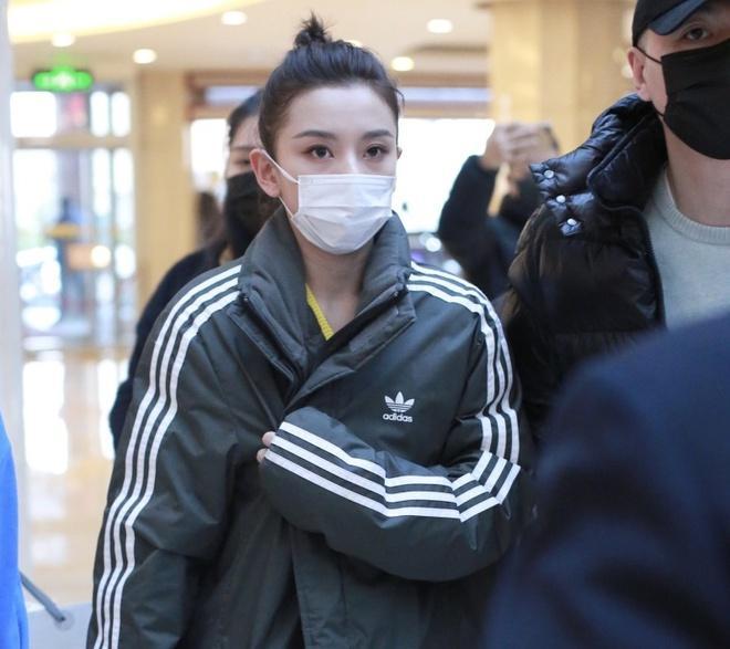 Nghệ sĩ Trung Quốc đeo khẩu trang đi ghi hình vì sợ virus viêm phổi-4