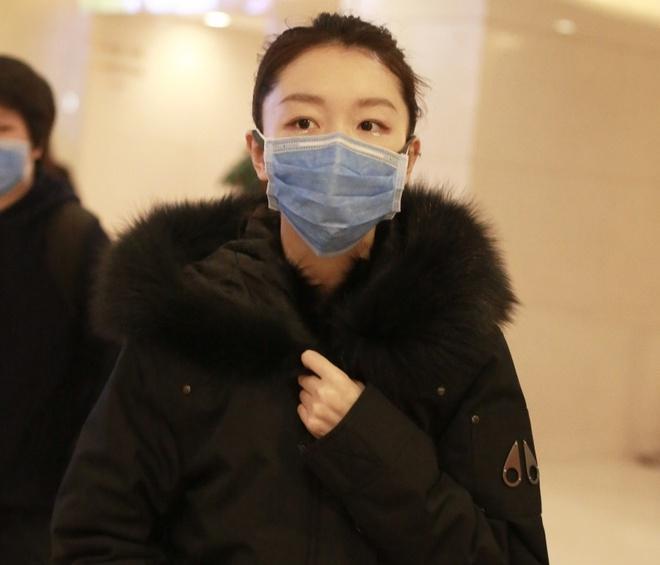Nghệ sĩ Trung Quốc đeo khẩu trang đi ghi hình vì sợ virus viêm phổi-5