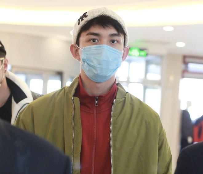 Nghệ sĩ Trung Quốc đeo khẩu trang đi ghi hình vì sợ virus viêm phổi-6