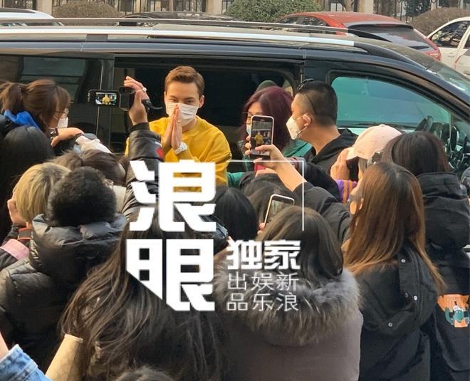 Nghệ sĩ Trung Quốc đeo khẩu trang đi ghi hình vì sợ virus viêm phổi-7