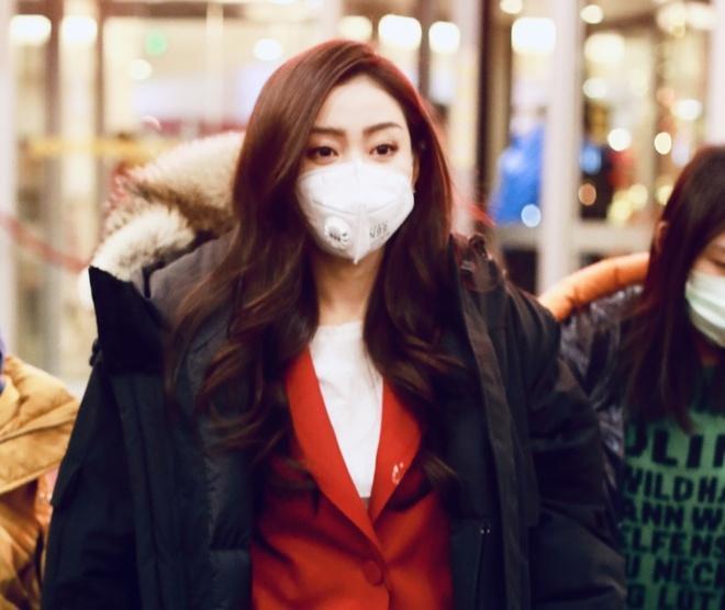 Nghệ sĩ Trung Quốc đeo khẩu trang đi ghi hình vì sợ virus viêm phổi-8