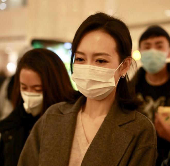 Nghệ sĩ Trung Quốc đeo khẩu trang đi ghi hình vì sợ virus viêm phổi-9