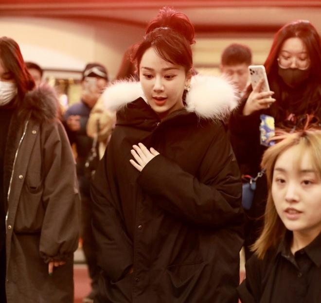 Nghệ sĩ Trung Quốc đeo khẩu trang đi ghi hình vì sợ virus viêm phổi-12