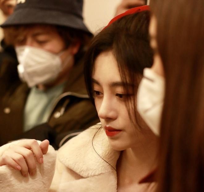 Nghệ sĩ Trung Quốc đeo khẩu trang đi ghi hình vì sợ virus viêm phổi-14