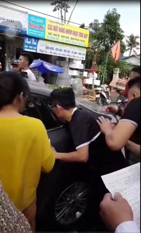 Ngày 28 Tết: Bố quên chìa khóa, 2 bé gái bị mắc kẹt khóc tím tái trên xe ô tô ở Hà Tĩnh-1