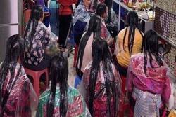 Bức ảnh phái đẹp xếp hàng làm tóc khiến dân mạng lo ngay ngáy, nếu lỡ bị bỏ quên thì không biết phải làm sao