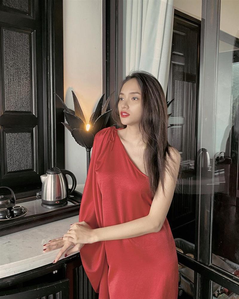 Nhìn Hương Giang mà hoang mang quá, tay gầy như que củi mà ngực vẫn siêu to khổng lồ-1