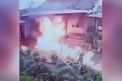 Clip: Ngay tại Bắc Giang, con rể mang xăng đốt nhà bố vợ ngày 28 Tết chỉ vì không níu kéo nổi vợ