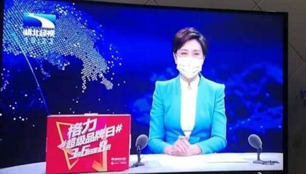 Lo sợ Virus Corona nguy hiểm, các MC và phóng viên ở ổ dịch Vũ Hán cũng phải đeo khẩu trang khi lên hình-1