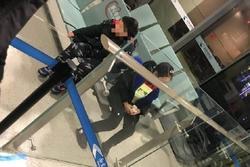 Con sốt bị giữ lại vì nghi nhiễm virut corona, bố mẹ bỏ luôn ở sân bay để về quê