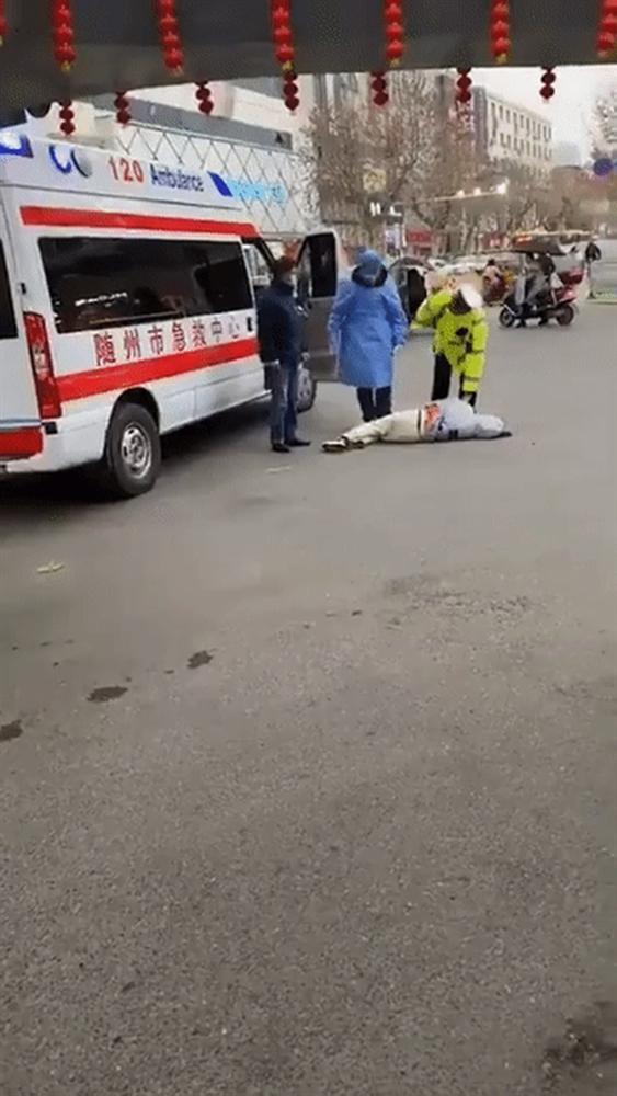 Người đàn ông ở Vũ Hán nghi bị nhiễm virus corona ngã xuống đất, nôn ra máu như trong phim kinh dị-2