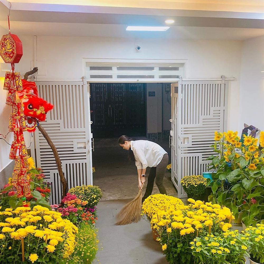Không nhận ra hoa hậu Khánh Vân với hình ảnh dọn nhà đón Tết-1