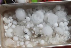 Mưa đá phá toang mái nhà dân trong đêm Giao thừa ở Bắc Kạn