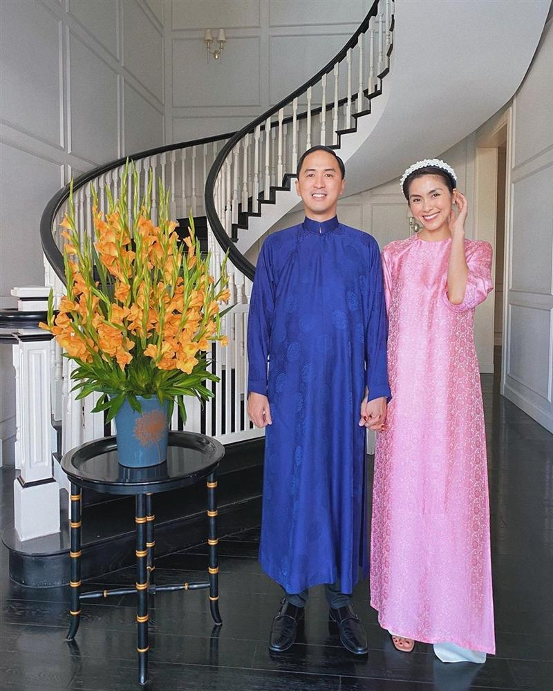 Mùng 1 Tết: Vợ chồng Hà Tăng diện áo dài - vợ chồng Lan Khuê lên đồ concept đen trắng-1