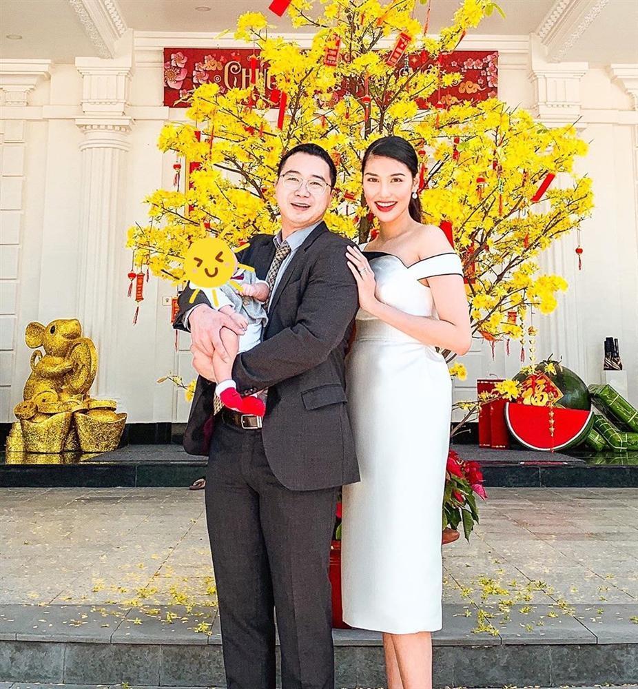 Mùng 1 Tết: Vợ chồng Hà Tăng diện áo dài - vợ chồng Lan Khuê lên đồ concept đen trắng-2