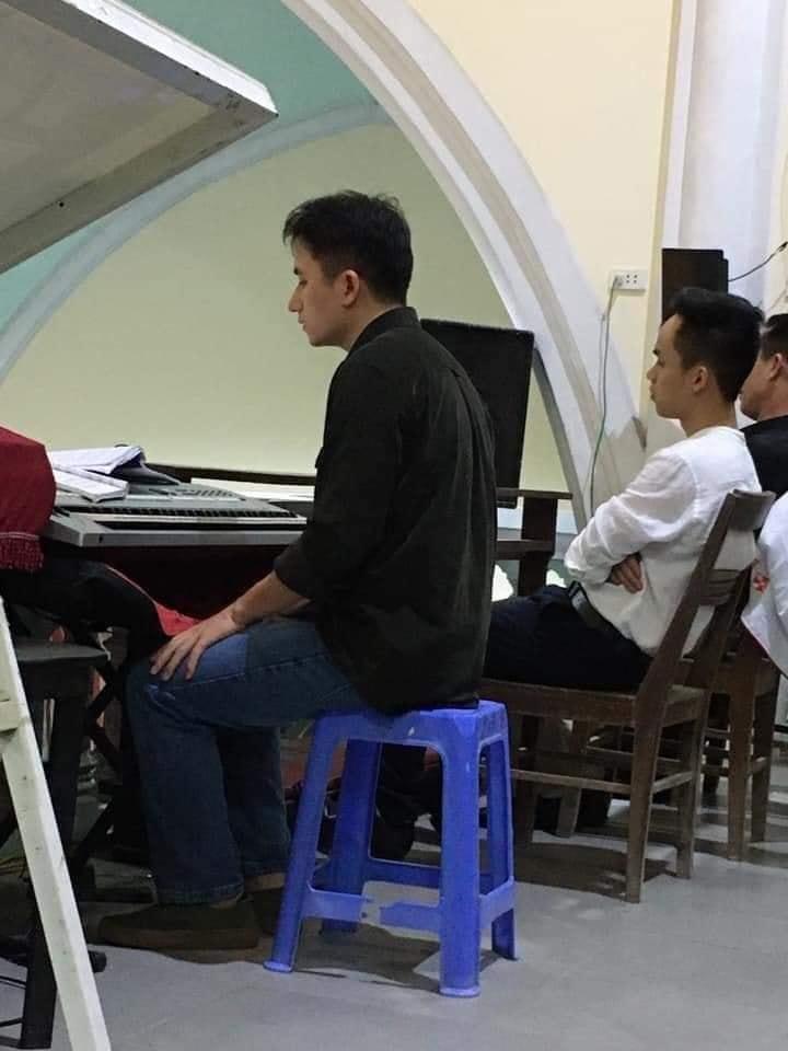 Khoảnh khắc yên bình mùng 1 Tết: Phan Mạnh Quỳnh giản dị đến nhà thờ đánh đàn phục vụ bà con giáo dân-2