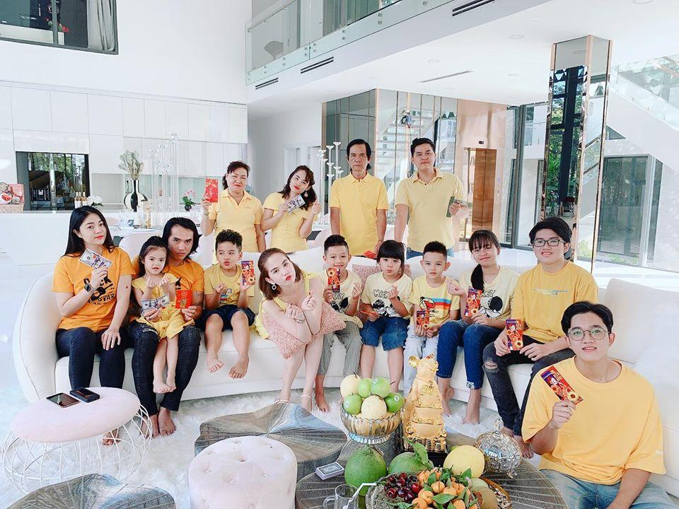 Sao Việt đón Tết bên gia đình: Quân số nhà Ngọc Trinh siêu đông mà vẫn bị nhà HHen Niê áp đảo-1