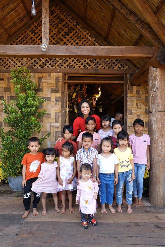 Sao Việt đón Tết bên gia đình: Quân số nhà Ngọc Trinh siêu đông mà vẫn bị nhà HHen Niê áp đảo-4