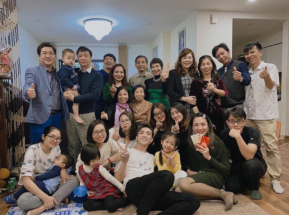 Sao Việt đón Tết bên gia đình: Quân số nhà Ngọc Trinh siêu đông mà vẫn bị nhà HHen Niê áp đảo-9