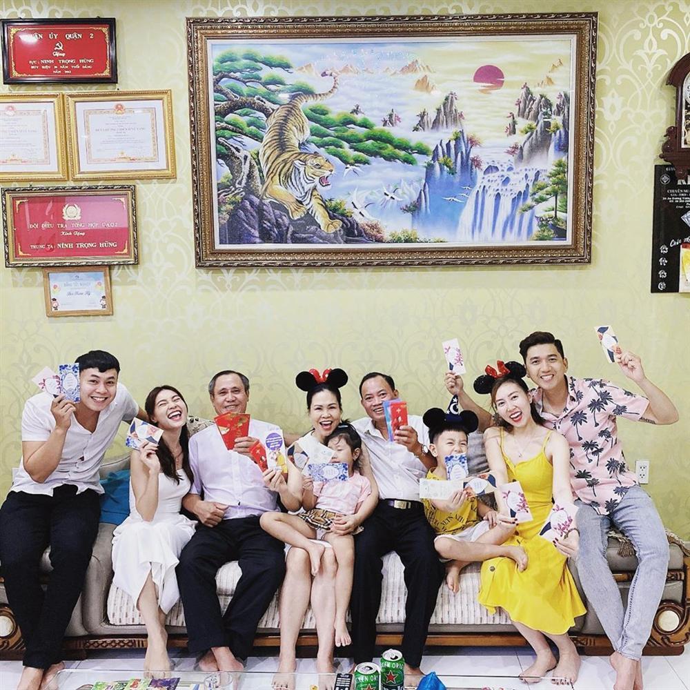 Sao Việt đón Tết bên gia đình: Quân số nhà Ngọc Trinh siêu đông mà vẫn bị nhà HHen Niê áp đảo-12