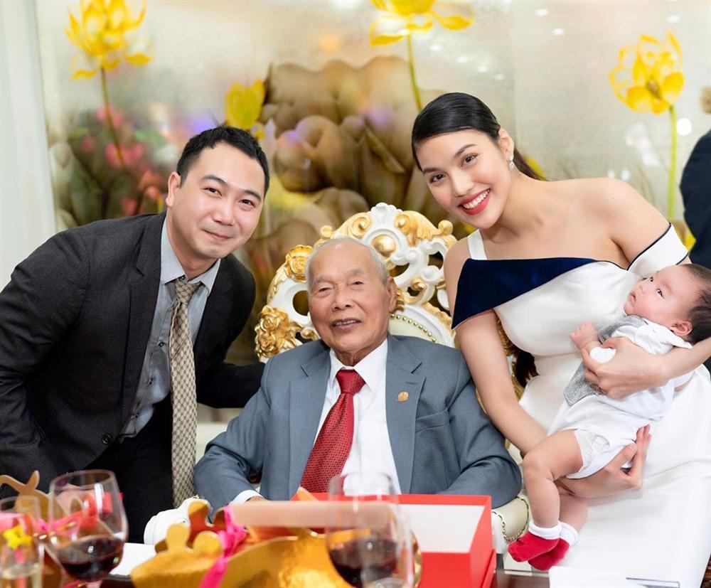 Lần hiếm hoi Lan Khuê xuất hiện bên người đàn ông quyền lực trong gia đình chồng 4 thế hệ-1