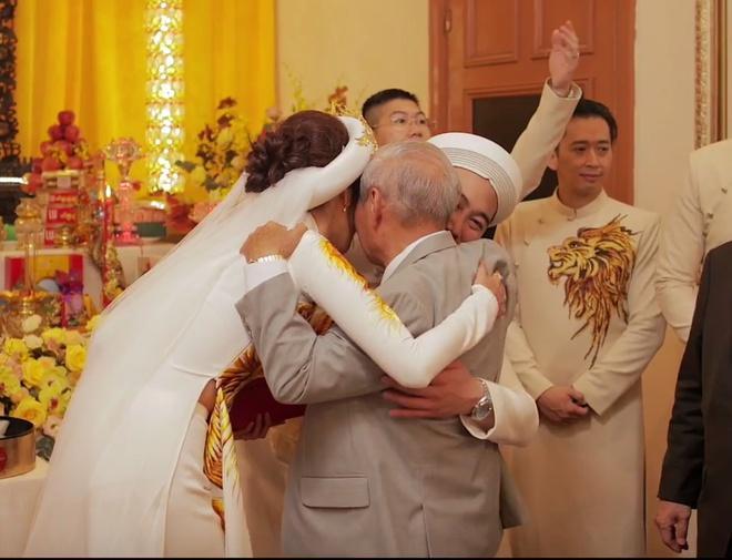 Lần hiếm hoi Lan Khuê xuất hiện bên người đàn ông quyền lực trong gia đình chồng 4 thế hệ-3