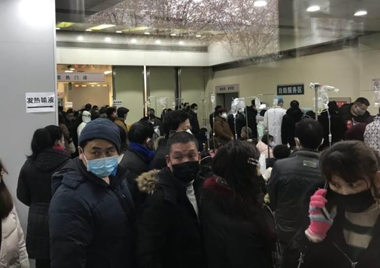 Clip: Khiếp sợ bệnh nhân bị virus corona hành hạ, rung bần bật trên cáng ở bệnh viện Vũ Hán-2
