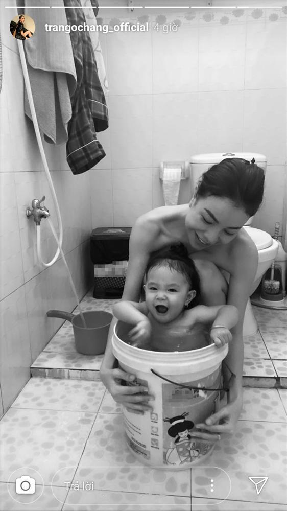 Trà Ngọc Hằng gây sốt với hình ảnh tắm cùng con gái ngày đầu năm-1