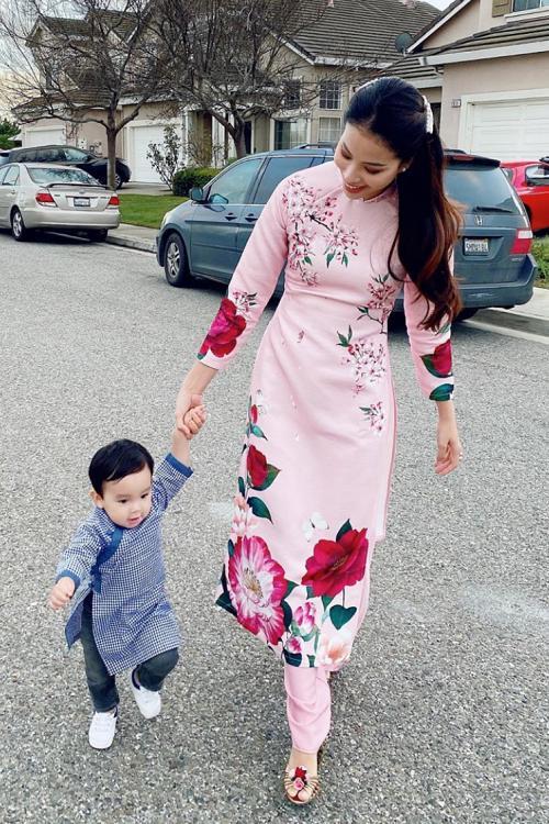 Phạm Hương và con trai diện áo dài bên xe sang-2