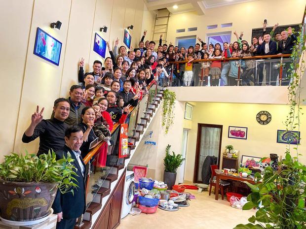 Bức ảnh siêu to khổng lồ của đại gia đình có 407 thành viên sum họp ngày Tết khiến dân mạng choáng váng-4