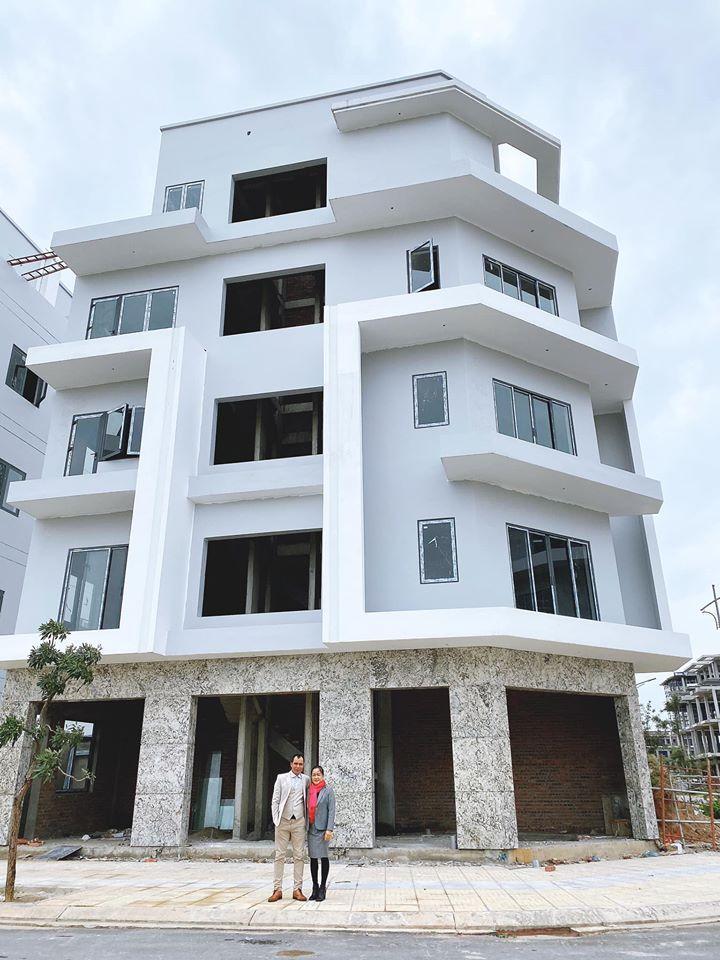 Xây nhà 5 tầng tặng bố mẹ ngày Tết, Hòa Minzy khiến dân mạng trầm trồ-1