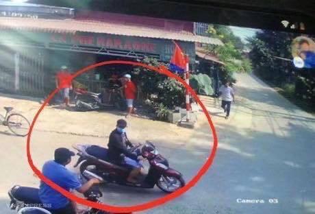 Vụ nổ súng tại sới bạc ở Sài Gòn: Lộ clip ghi lại hình ảnh kẻ làm 5 người thương vong vác súng AK rời khỏi hiện trường-2