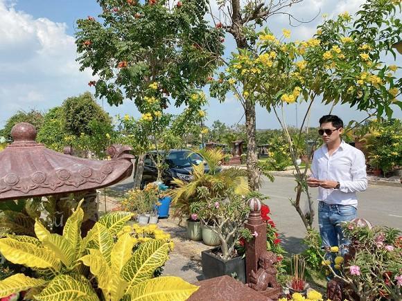 NSND Hồng Vân cùng Minh Luân đến viếng mộ nghệ sĩ Anh Vũ trong ngày mùng 5 Tết-6