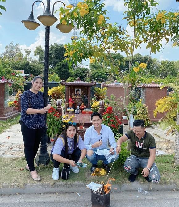 NSND Hồng Vân cùng Minh Luân đến viếng mộ nghệ sĩ Anh Vũ trong ngày mùng 5 Tết-7