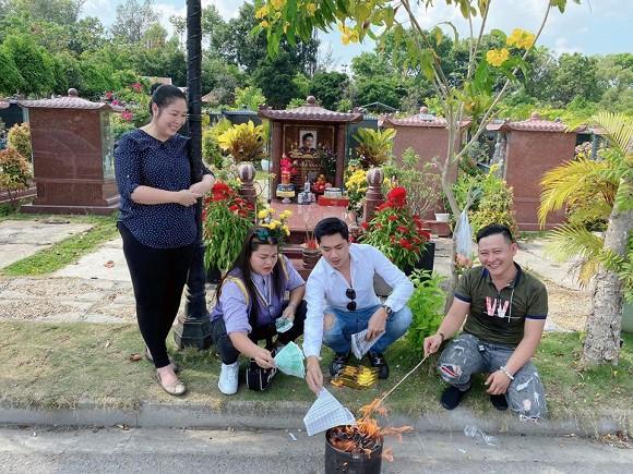 NSND Hồng Vân cùng Minh Luân đến viếng mộ nghệ sĩ Anh Vũ trong ngày mùng 5 Tết-8