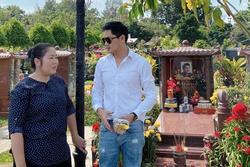 NSND Hồng Vân cùng Minh Luân đến viếng mộ nghệ sĩ Anh Vũ trong ngày mùng 5 Tết