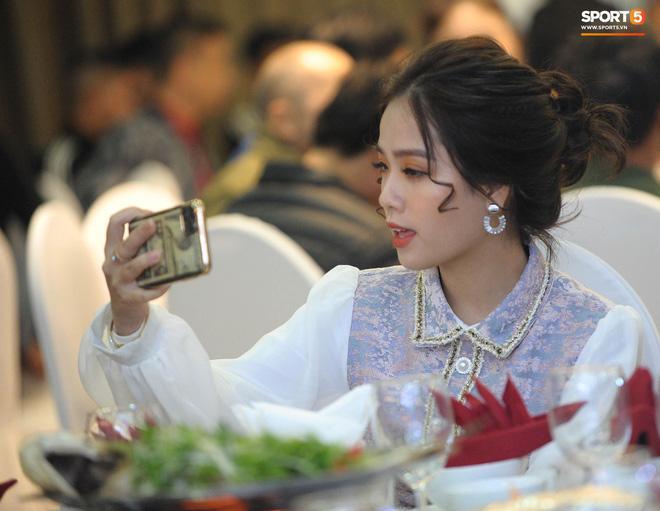 Bạn gái tin đồn Quang Hải xuất hiện chớp nhoáng ở đám cưới Văn Đức nhưng người xem chỉ soi nhan sắc-1