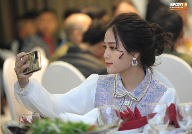 Bạn gái tin đồn Quang Hải xuất hiện chớp nhoáng ở đám cưới Văn Đức nhưng người xem chỉ soi nhan sắc-2